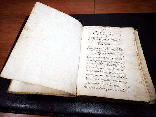 Primer pla del manuscrit dels 'Col·loquis' de Despuig que ha adquirit el Consell Comarcal del Baix Ebre. Imatge del 13 d'octubre del 2020 (horitzontal)