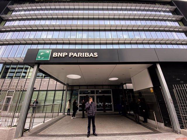 Varias personas en la entrada a la sede en Madrid del Banco BNP Paribas en la Calle Hermanos Bécquer nº 3, en Madrid (España) a 10 de febrero de 2020.