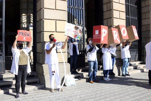 Facultatius dels centres d'atenció primària protesten a les portes de l'Institut Català de la Salut (ICS), en la primera jornada d'una vaga convocada pel sindicat Metges de Catalunya i prevista per quatre dies. 13 d'octubre del 2020. (Horitzontal)