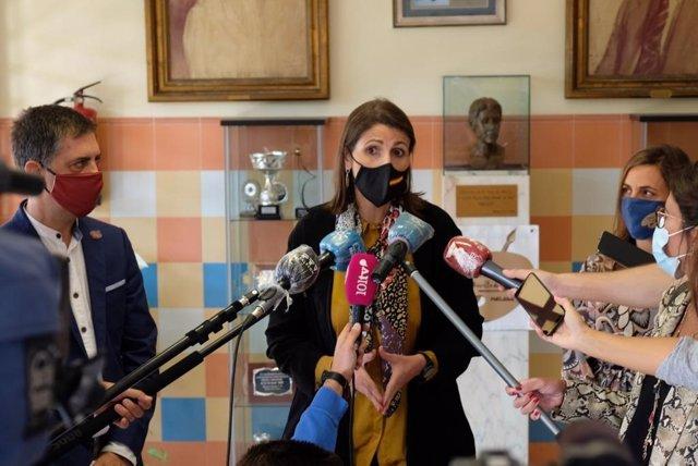 La delegada de Educación, Mercedes García Paine, atiende ea los medios