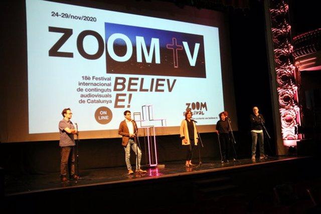 Presentació del 18è festival Zoom d'Igualada amb la imatge d'aquesta nova edició al fons. 13 d'octubre de 2020. (Horitzontal)