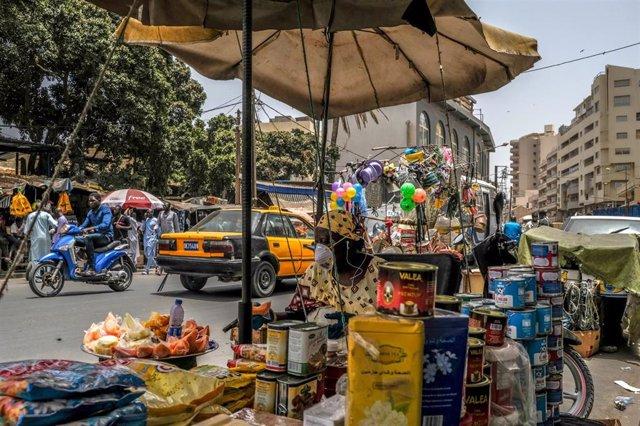 Venta de comida en una calle de Dakar