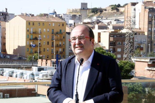Primer pla del primer secretari del PSC, Miquel Iceta, durant una atenció a mitjans a la terrassa de la Llotja de Lleida. Imatge del 13 d'octubre de 2020. (Horitzontal)