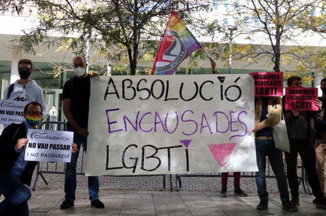 Pla mitjà de la concentració de suport davant la Ciutat de la Justícia als quatre activistes LGTBI jutjats per coaccions a Cs, el 13-10-20 (horitzontal).