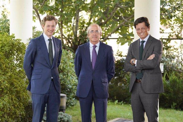 Los socios fundadores de MCH Investment Strategies Alejandro Sarrate (I)  y Tasio Castaño (D), junto a  Javier Dorado (C), director general de J.P. Morgan Asset Management para España y Portugal.