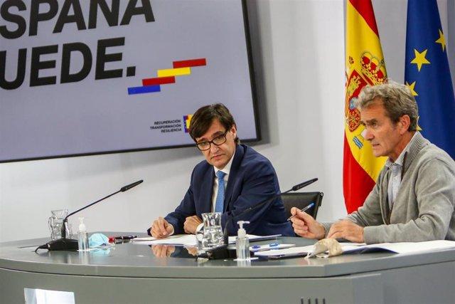 (I-D) El ministro de Sanidad, Salvador Illa; y el director del Centro de Coordinación de Alertas y Emergencias Sanitarias (CCAES), Fernando Simón, comparecen en rueda de prensa para informar de la evolución del COVID-19, en Madrid, a 13  de octubre.