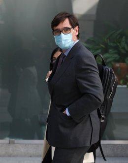 El ministro de Sanidad, Salvador Illa, abandona la Real Casa de Postas tras haber participado en la reunión del Grupo Covid-19, espacio de colaboración que mantiene la administración estatal y la madrileña, para frenar la evolución de la pandemia en Madri