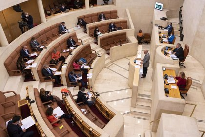 Casa Real.- El Parlamento de Cantabria aprueba las resoluciones de PP y Cs de apoyo al Rey con la abstención del PSOE