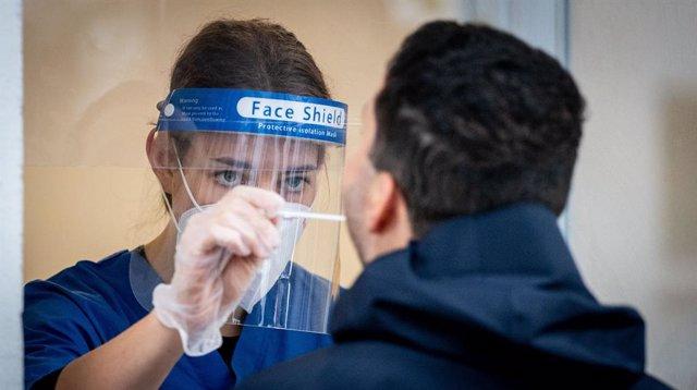 Coronavirus.- Eli Lilly pausa el ensayo de su tratamiento de anticuerpos contra