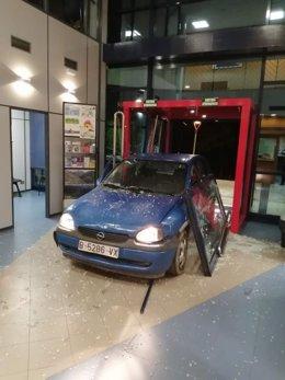 El cotxe encastat a la comissaria dels Mossos de Ripoll