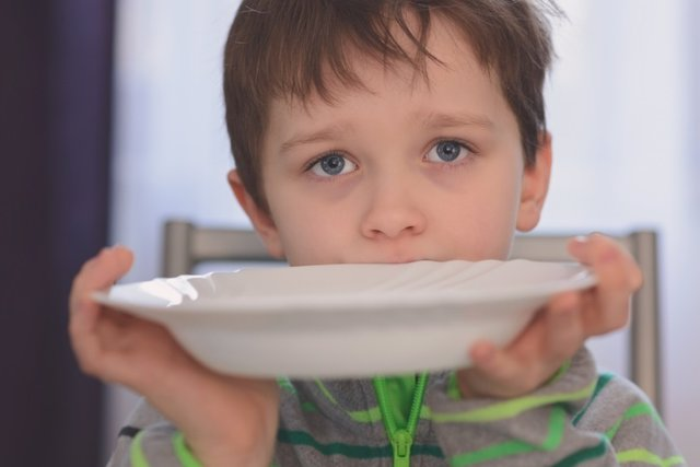 Niño con hambre, desnutrición.