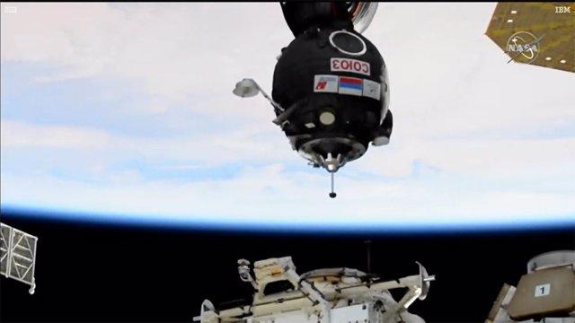 Una Soyuz tripulada alcanza la Estación Espacial en solo dos órbitas