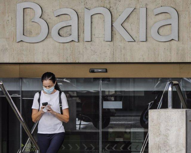 Una mujer sale de la sede de Bankia en Valencia, Comunidad Valenciana (España), a 4 de septiembre de 2020.