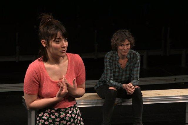 Pla tancat de l'actriu Melissa Salvatierra amb Mònica López de fons interpretant un fragment de 'La Gavina'. Imatge cedida a l'ACN el 14 d'octubre de 2020 (Horitzontal)