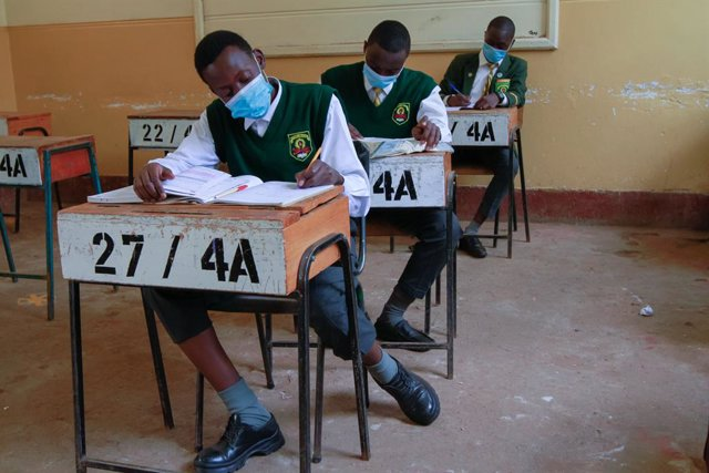 Estudiantes con mascarilla en una escuela de secundaria en Nairobi (Kenia)