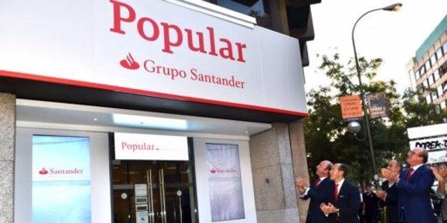 Oficina de Banco Popular con el rótulo de Grupo Santander