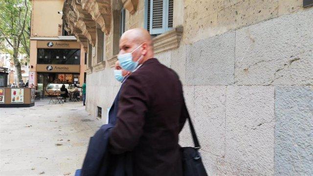 El antiguo subinspector del Grupo de Blanqueo, acompañado de su abogado, Pedro Horrach, saliendo del TSJIB.
