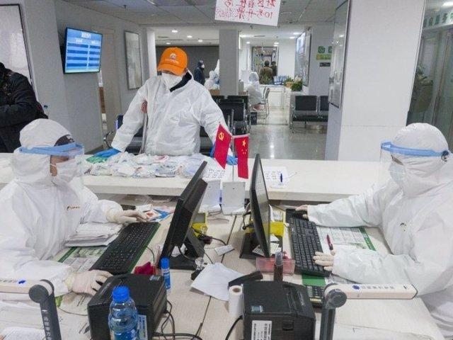 Médicos en una farmacia de Wuhan, en la provincia de Hubei, en China central. 27 de febrero de 2020.