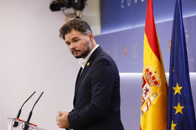 El diputat i portaveu d'Esquerra Republicana de Catalunya (ERC),  Gabriel Rufián, intervé en la roda de premsa