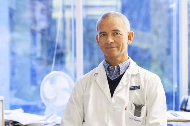 El profesor Eystein Husebye descubrió que la insuficiencia inmunológica puede causar una enfermedad COVID-19 más grave entre los jóvenes.