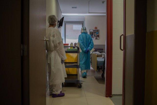 Voluntaris de l'ONG Proactiva Open Arms realitzen un test ràpid de Covid-19 a un resident a la seva habitació de la Residència Geriátrica Redós de Sant Pere de Ribes/Barcelona/Catalunya (Espanya) a 30 d'abril de 2020.