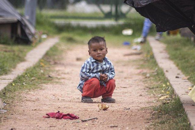 Un niño del pueblo emberá en Bogotá, Colombia.