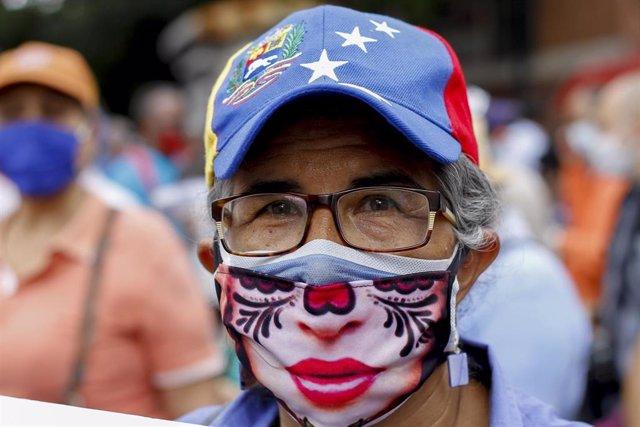 Imagen de archivo de una mujer portando mascarilla en Venezuela.