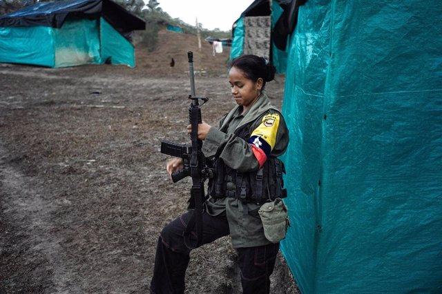 Imagen de archivo de una guerrilera del Frente 36 de las ya desmovilizadas Fuerzas Armadas Revolucionarias de Colombia (FARC)