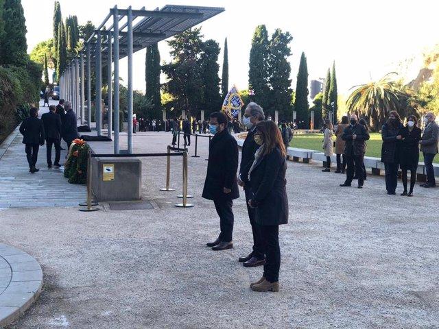 El vicepresident en funcions de president de la Generalitat, Pere Aragonès, l'expresident Quim Torra i la consellera de Presidència i portaveu del Govern, Meritxell Budó, en la ofrena floral a la tomba de Lluís Companys.