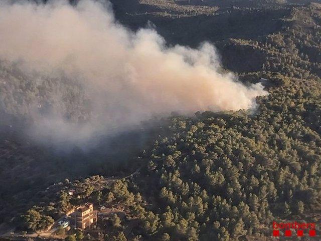 Columna de fum d'un incendi forestal a Tortosa el 14 d'octubre del 2020. Pla general. (Horitzontal)