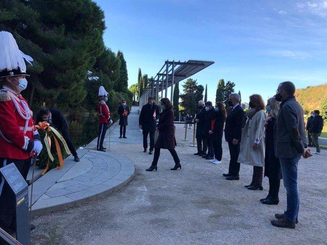 L'alcaldessa de Barcelona, Ada Colau, amb regidors de l'Ajuntament en l'ofrena floral a Lluís Companys en el 80è aniversari del seu afusellament.