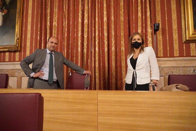 Gonzalo García de Polavieja, portavoz adjunto de Vox, junto a la presidenta del Grupo Municipal