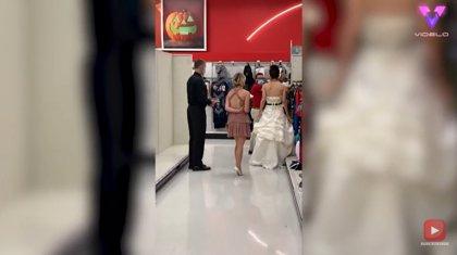 Una joven embosca a su prometido, un empleado de Target, vestida de novia y con un ultimátum