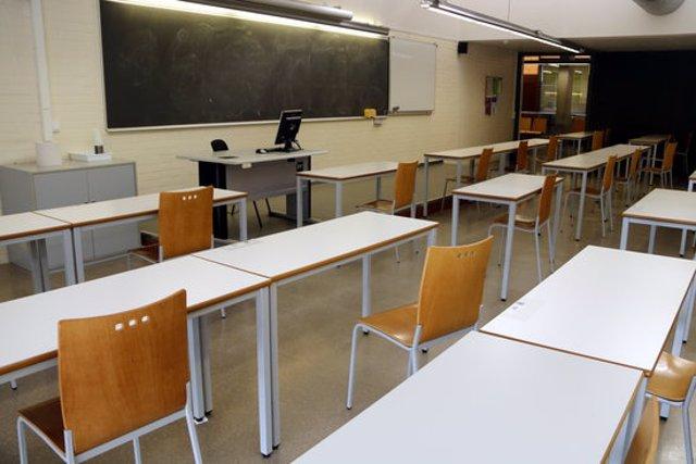 Pla mitjà on es pot veure una aula de l'Escola Politècnica de la UdL buida perquè els alumnes estan impartint la matèria de forma telemàtica per la situació pandèmica per la covid-19, el 15 d'octubre de 2020. (Horitzontal)