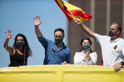 Vox expulsa a su concejala de Galapagar que protesta ante la casa de Iglesias tras la denuncia de un conocido
