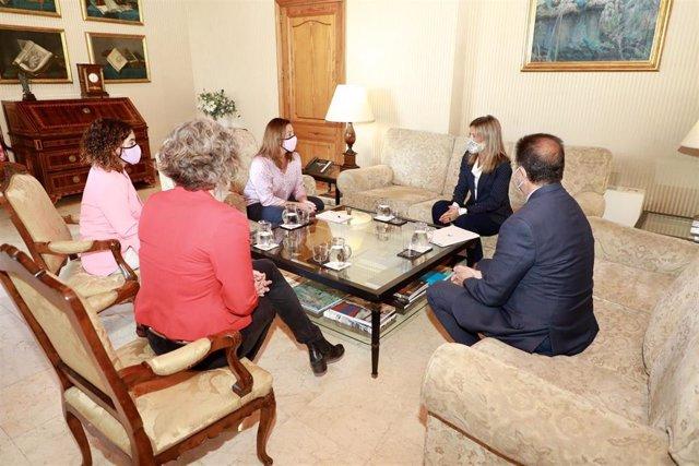 La presidenta Armengol ha recibido a la directora de CaixaBank en Baleares, Maria Cruz Rivera.