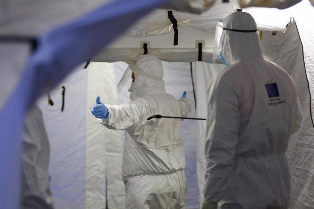 Trabajadores de proteccion civil se desinfectan contra el coronavirus.