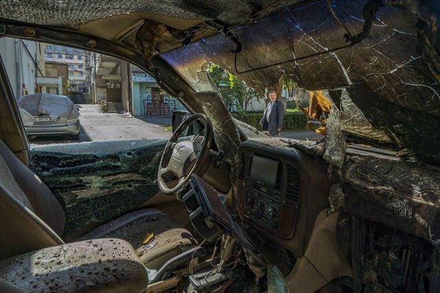 Un cotxe destruït en un bombardeig en Stepanakert, la capital de Nagorno Karabaj
