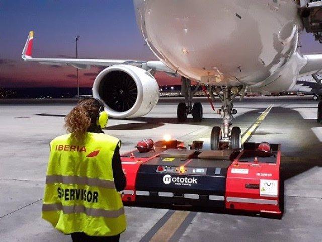 Vehículos eléctricos, dirigidos por control remoto para mover los aviones de Iberia en Madrid y Barcelona.