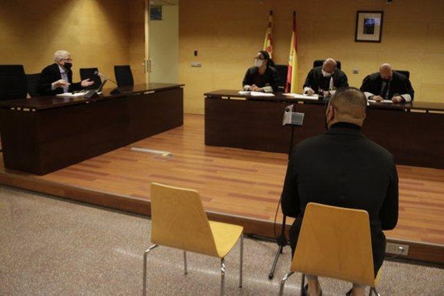 D'esquenes, el controlador d'accés d'una discoteca de Lloret de Mar acusat de violar una turista. Foto del judici del 15 d'agost del 2020 (horitzontal)