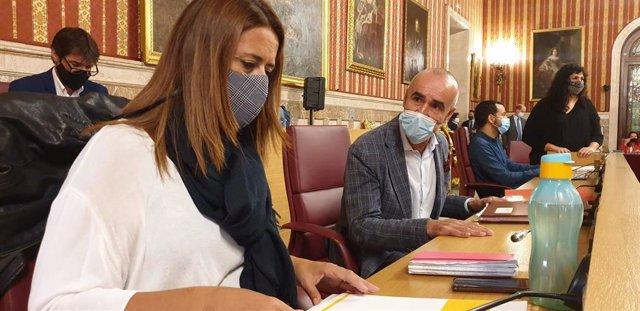 Los socialistas Sonia Gaya y Antonio Muñoz, durante el pleno del Ayuntamiento de Sevilla