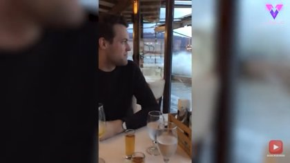 La cena romántica de esta pareja se fue al garete cuando el restaurante comenzó a inundarse