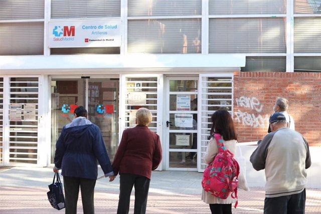 Varias personas hacen cola en el Centro de Salud Vicálvaro-Artilleros en el distrito de Vicálvaro, en Madrid (España), a 28 de septiembre de 2020. Vicálvaro es un nuevo distrito afectado por las restricciones de la Comunidad de Madrid y su zona básica de