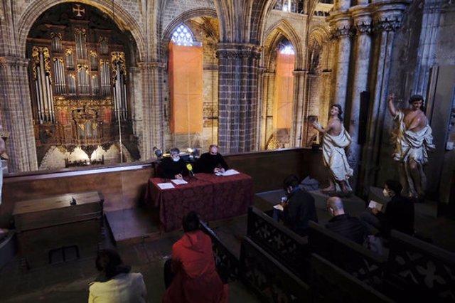 Presentació de la 31a edició del Cicle d'Orgue de la Catedral de Barcelona amb  el director artístic del cicle i organista, Juan de la Rubia, i nou prefecte de música de la catedral, Santiago Bueno. (Horitzontal)