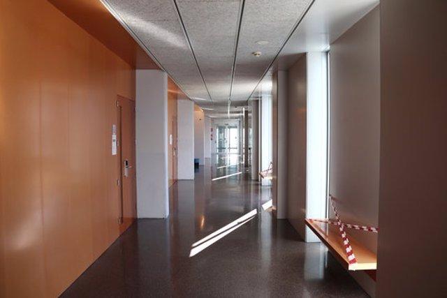 Pla mijtà d'un passadís del Campus Catalunya de la URV, buit, aquest dijous al matí. Foto del 15 d'octubre del 2020 (horitzontal).