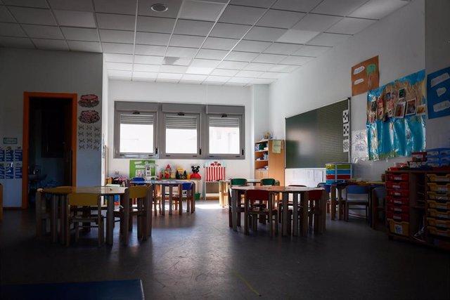 Sillas y mesas de un aula en el interior del Colegio Nobelis de Valdemoro, que debido a la pandemia del coronavirus tendrá que acondicionar sus aulas con medidas de distanciamiento e higiene para el nuevo curso escolar 2019-2020. En Valdemoro, Madrid (Esp