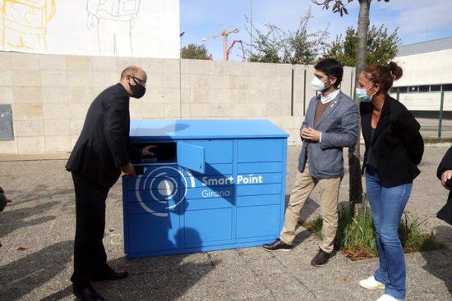 El conseller Puigneró i l'alcaldessa de Girona durant la presentació dels contenidors intel·ligents del nou sistema de paqueteria. Foto del 15 d'octubre del 2020 (horitzontal)