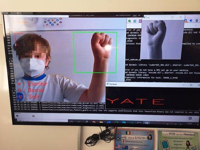 Un niño utiliza una 'app' que reconoce el lenguaje de signos