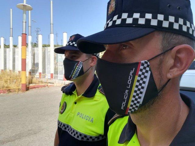 Dos agentes de la Policía Local de Jaén con mascarillas.
