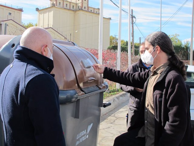 Pla mitjà del tinent d'alcalde i regidor de Transició Ecològica, Sergi Talamonte, comprovant el sistema de contenidor amb tancament electrònic per dipositar la fracció orgànica, el 15 d'octubre del 2020. (Horitzontal)
